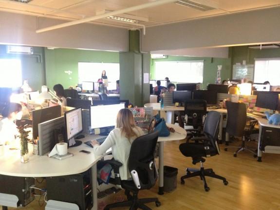 顧客からは1日100件単位の連絡が来る。進行管理、サポート、デザイン、ライティング、修正作業などをチームで行っている人たち。このフロアはほぼ全員タイの人たちかな?