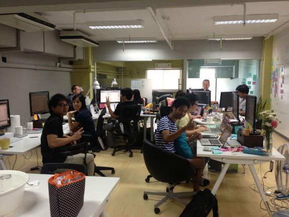 開発系の人たちは別室にいました。テストの仕組みを作る人、新しい親テーマを作る人、サーバの引っ越し(AWSに戻す作業だそうでした)をする人たちなどなど。